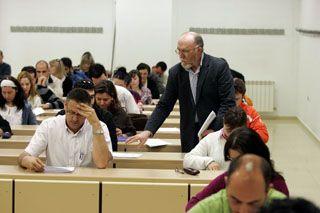 Alumnos realizando las Pruebas de Acceso parra Mayores de 25 de la Universidad de Zaragoza. La inscripcion a las pruebas de acceso a la universidad de Zaragoza finalizan el 30 de Diciembre