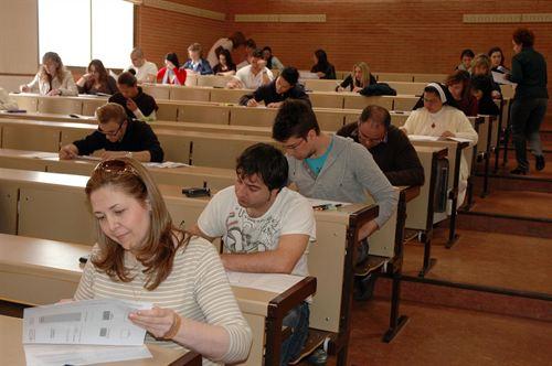 Alumnos del curso realizando la prueba de acceso a la UCLM