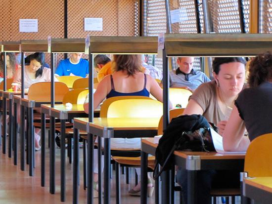 Alunmos en la biblioteca de la Tudela preparando los exámenes de la UNED 2013